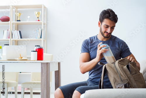 Fotoposter Ontspanning Young man getting ready for gym sports