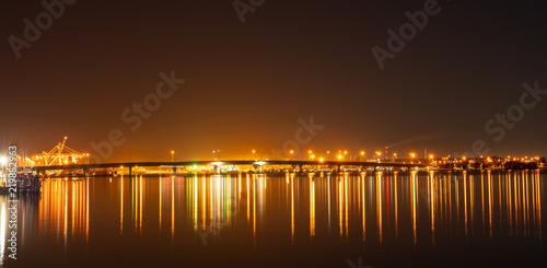 Fotografía  Tauranga Harbour Bridge and surrounds illuminates night sky and harbour