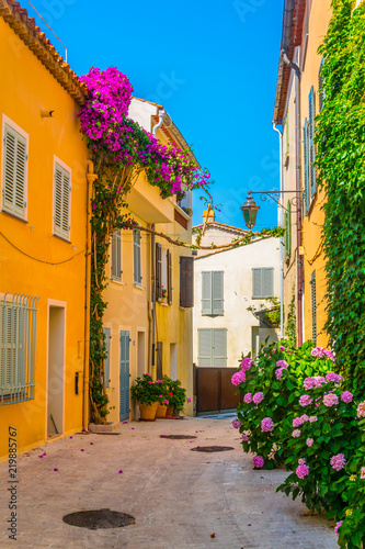 Photo View of a narrow street in the center of Saint Tropez, France