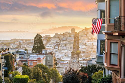 Spoed Foto op Canvas Verenigde Staten Famous Lombard Street in San Francisco at sunrise