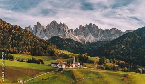 Wioska Santa Maddalena (St Magdalena) z magicznymi Dolomitami w tle, dolina Val di Funes, region Trentino Alto Adige, Włochy, Europa