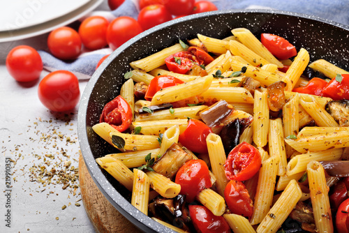 Fotografiet Pasta, penne with cherry tomatoes, aubergines, garlic, oregano and extra virgin olive oil