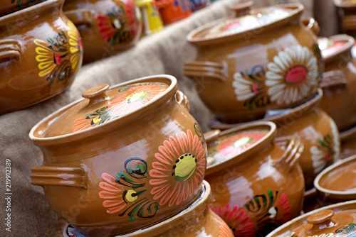 Fotografía  Traditional Romanian painted clay pots used for Easter meals