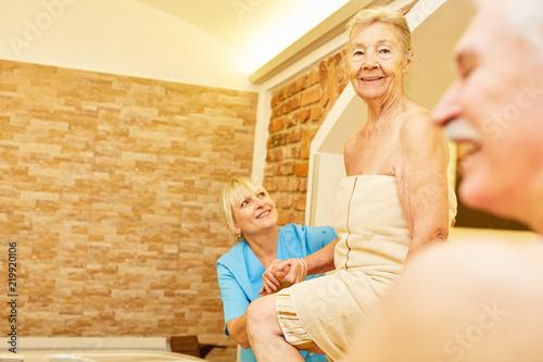 Fotografia, Obraz  Seniorin badet mit Betreuung im Whirlpool