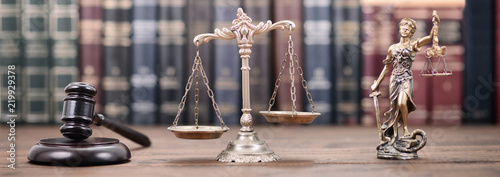 Photographie Lady Justice, Scales of Justice and Judge Gavel on a  wooden background