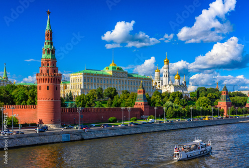 In de dag Moskou Moscow Kremlin, Kremlin Embankment and Moscow River in Moscow, Russia. Architecture and landmark of Moscow