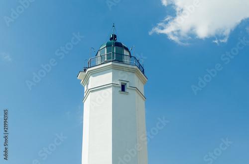 Foto op Aluminium Vuurtoren White lighthouse against the blue sky on a sunny day