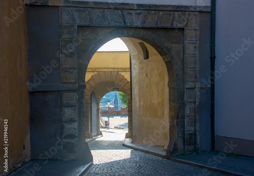 Fototapeta Praga brama-do-czarnego-zamku-w-pradze