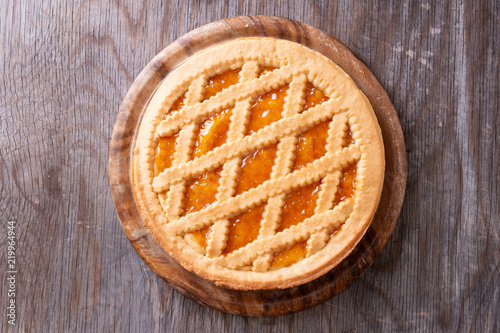 Fotografía Flat view of Tart with peach jam on wooden rustic table