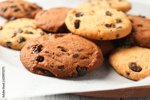 Tuinposter Koekjes Plate with tasty chocolate cookies on table, closeup