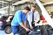 Beratungsgespräch im Autohaus zwischen Kunde und Verkäufer // Consultation at the dealership between customer and seller