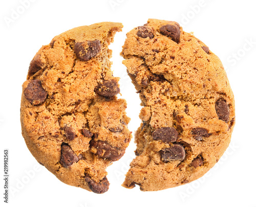 Photo Broken chocolate cookie close up isolated on white background