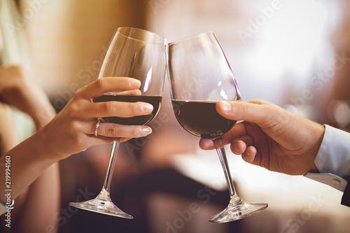 Fotografía  Couple toasting wineglasses