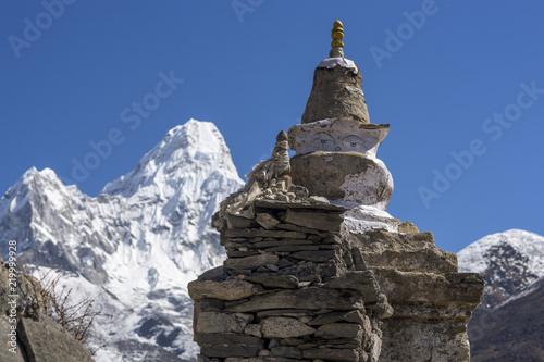 Photo  Buddhist stupa and Ama Dablam summit in Khumbu