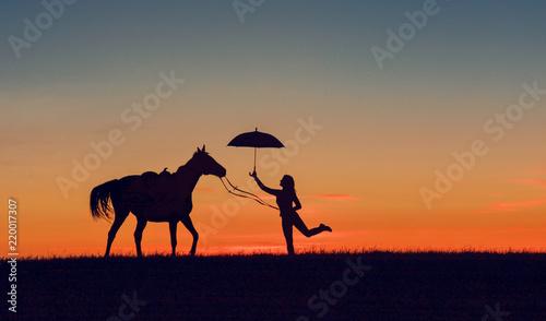Fotografía Idyllic friendship scene with horse silhouette, horsemanship concept