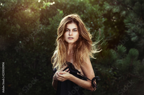 Fotografía  Gorgeous woman with natural beauty in forest with windy long healthy hair and na