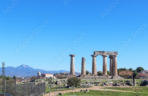 Foto The ruins of the Temple of Apollo at ancient Corith Greece with a church and vil