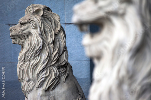 Foto  sculpture of the head of a white lion