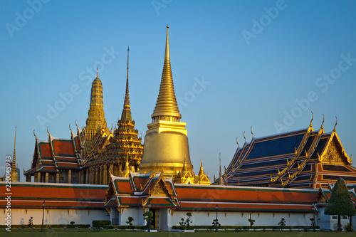 Foto  Wat Phra Kaew, Temple of the Emerald Buddha with blue sky Bangkok, Asia Thailand
