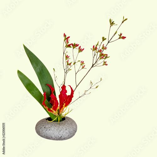 Ikebana mit Flammen-Lilie