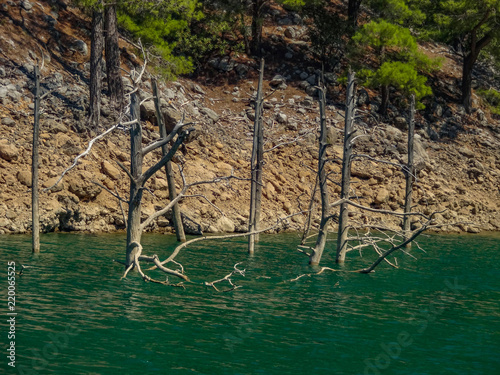 Fotografiet Turquoise lake and mountains. Turkish Green Canyon