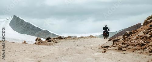 Fotografia Motorbike traveler rides on mountain pass in indian Himalaya