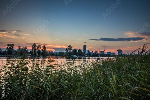 Romantische Abendstimmung auf der Alten Donau in Wien bei einer sommerlichen Dämmerung