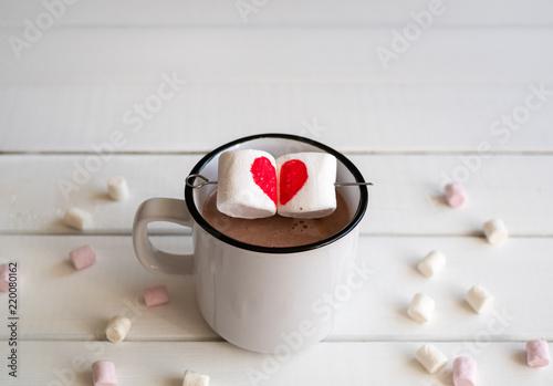 Foto op Plexiglas Chocolade Heiße Schokolade mit Marshmellows in Herzform auf einem Spieß