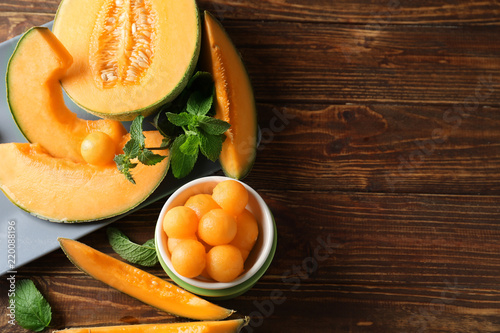 Carta da parati Composition with tasty melon on wooden table
