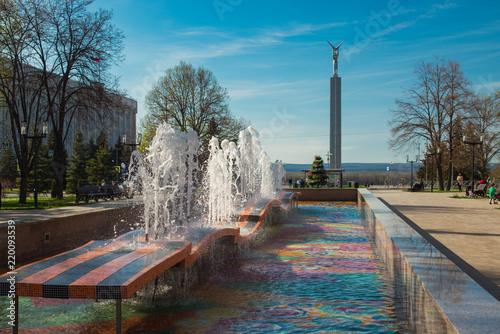 Valokuvatapetti Fountain in honor of the 30th anniversary of Victory in Samara