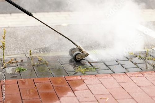 Valokuva  Unkrautbekämpfung mit einer Unkrautlanze und heissem Wasser