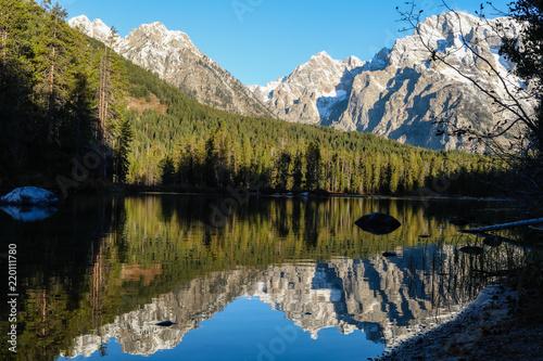 Poster Bergen Mountains Reflecting in Lake