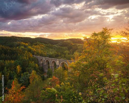 Obrazy architektura architektura-wiaduktu-w-jesiennym-lesie