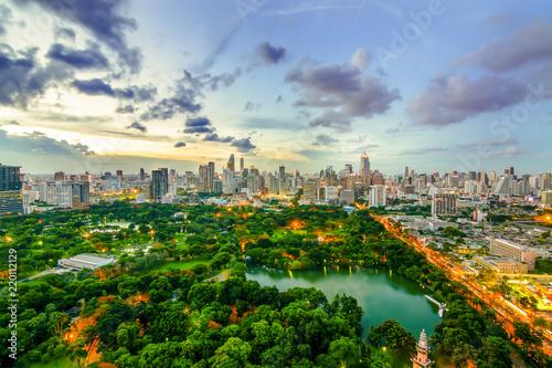Photo  Wonderful evening period cityscape at Lumphini Park, Bangkok, Thailand