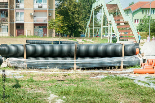 Fotografía  Big black and orange plastic water supply or sewerage drainage pipes prepared fo