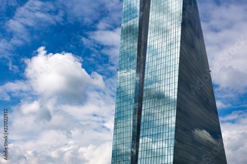 Staande foto Stad gebouw Hochhaus mit Spiegelung bei blauem Himmel Perspektive