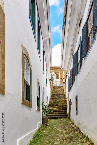 Fotografía  Old cobblestone street with houses in colonial architecture in the famous city o