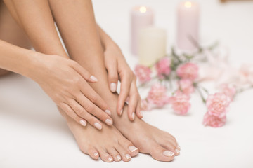 Obraz idealnego manicure i pedicure. Kobiece ręce i nogi w miejscu spa.