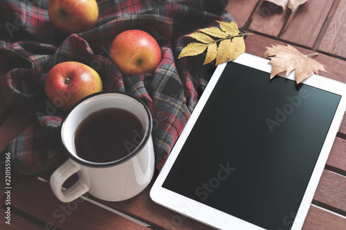 Ingelijste posters Herfst Tablet and hot coffee
