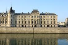 Le Bâtiment De La Cour De Cassation Au Bord De La Seine à Paris