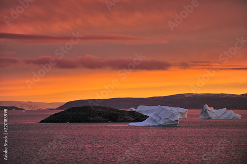 Foto op Plexiglas Crimson Greenland. Icebergs. Sunset. Fantastically beautiful.