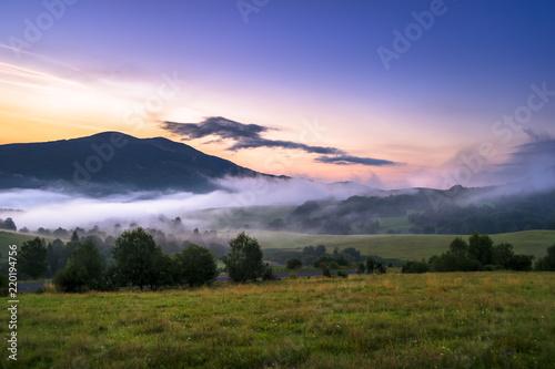Bieszczady, letni wschód słońca nad Połoniną Caryńską