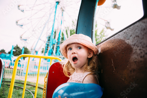 Photo Toddler girl with awestruck face expression at the fair