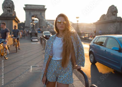Foto Fashion girl strolls around the city of Budapest