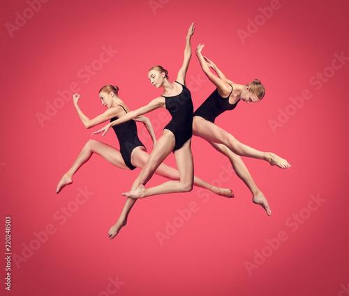 Fotografia Young teen dancer dancing on red studio background