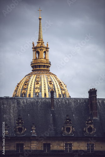 Tuinposter Oude gebouw Golden cupola of historic building in Paris