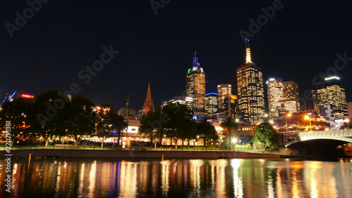 Staande foto Stad gebouw Australia, Victoria, Melbourne downtown and Yarra river at night time. Space for text