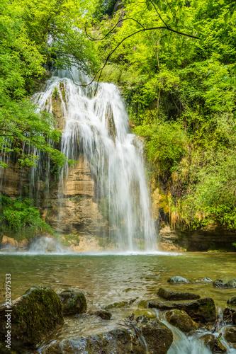 Fototapeta premium Piękny wodospad (Salt del Roure, Katalonia, Hiszpania, prowincja Garrotxa)