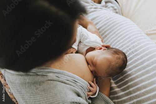 Photo  Mother breastfeeding her baby