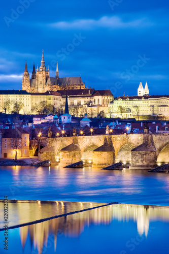 Photo  night view of Prague castle and Charles bridge over Moldau river, Lesser town, P